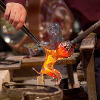 Un maestro che plasma un cavallo in vetro di Murano
