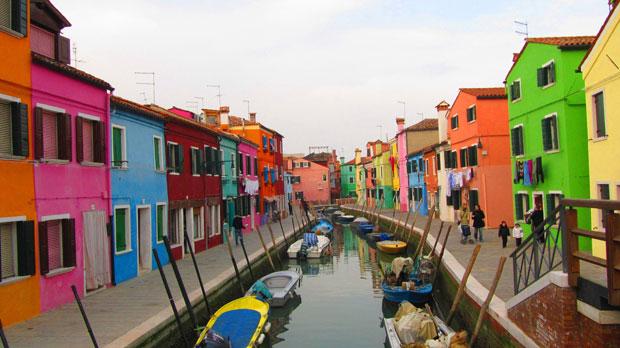 Un bellissimo scorcio di Burano con le case colorate che si affacciano sul canale