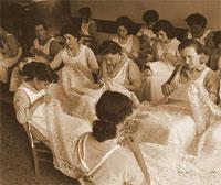 Donne al lavoro durante la lavorazione del merletto