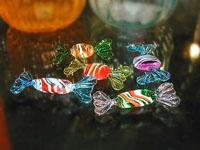 Caramelle colorate con striature